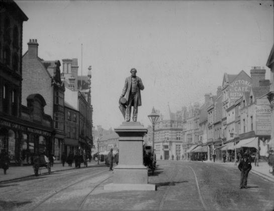 The_statue_of_George_Palmer,_Broad_Street,_Reading,_c._1890.jpg